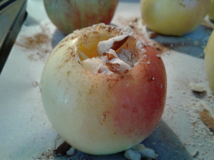 Baked apple with almonds and dried fruit