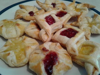 Puff pastries with raspberry and apricot jam