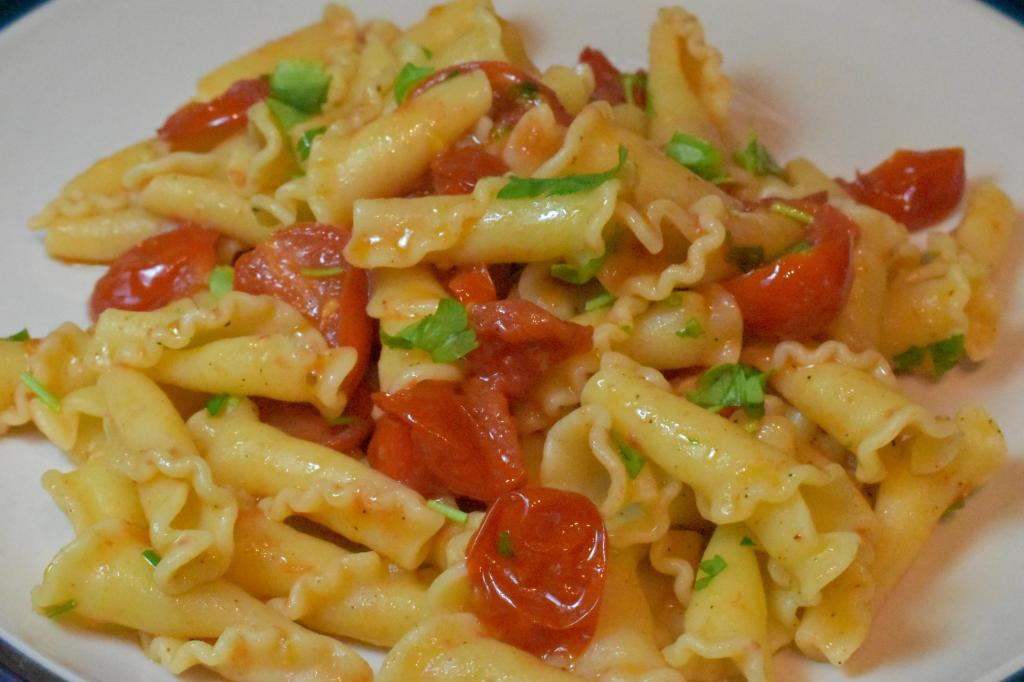 Pasta with fresh tomatoes and garlic